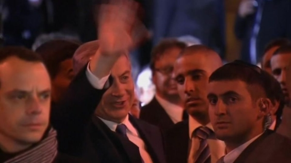 PM Binyamin Netanyahu met with cheers as he enters the Grand Synagogue of Paris