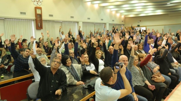 Well-fed Histadrut delegates vote to screw the public by calling a general strike